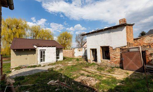 Pohled na dům a pozemek